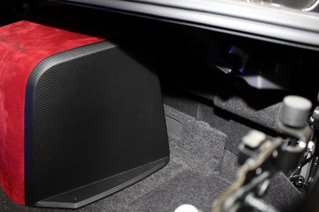 キャビン側に低音を導入するのが奥に見えている開口部。パンチング処理されているスリットは音ヌケの効果を十分に引き出す。