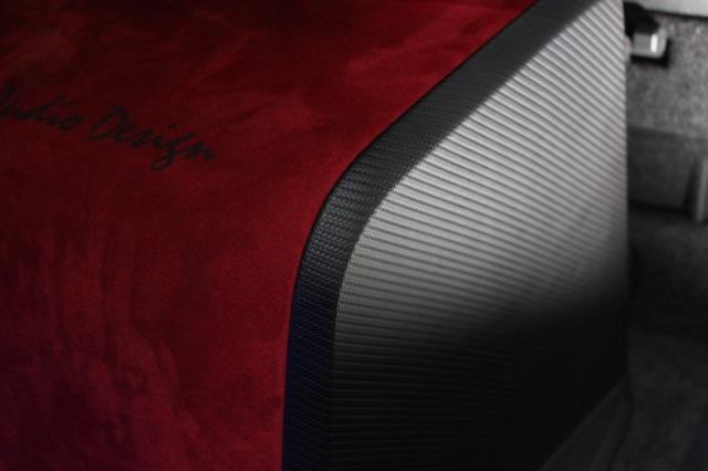 エンクロージャーのサイドパネルはカーボンでフィニッシュされる。人工スエードとのコンビも美しく決まっている。