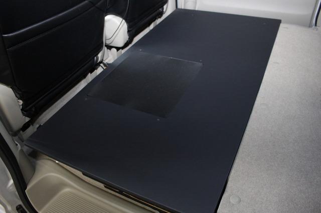 荷室前方の功績の折り畳みスペースを使ってオーディオボードを設置。荷室のフロアとぴたりとフラットに作られている。