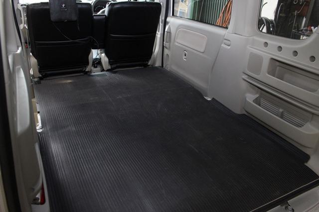 ゴムの保護シートを敷き埋めた荷室。前方のフロア下のオーディオ関連のユニットがインストールされてるとは思えない仕上がり。