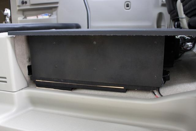シート収納分の厚みを拓実に使って作られたオーディオボード。サブウーファーのエンクロージャーとプロセッサー設置が施される。