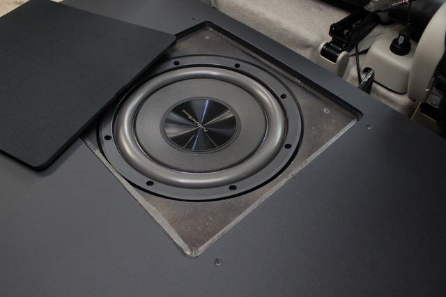 サブウーファーとしてFDSのZ25W×1発をインストール。振動板を上向きに設置してフロア下に埋め込むスタイルを採用した。
