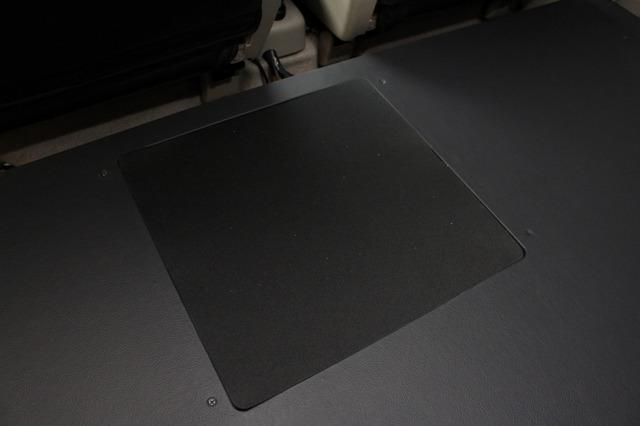 サブウーファーに保護カバーを被せた状態。これでも振動板の保護は十分なのだが、荷物を積載する場合は上からゴムカバーを施す。》</h2>