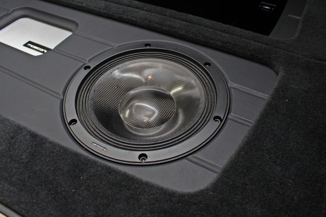 サブウーファーをラゲッジ後方右サイドにインストール。RSシリーズで統一したスピーカー群の低音を担当する。