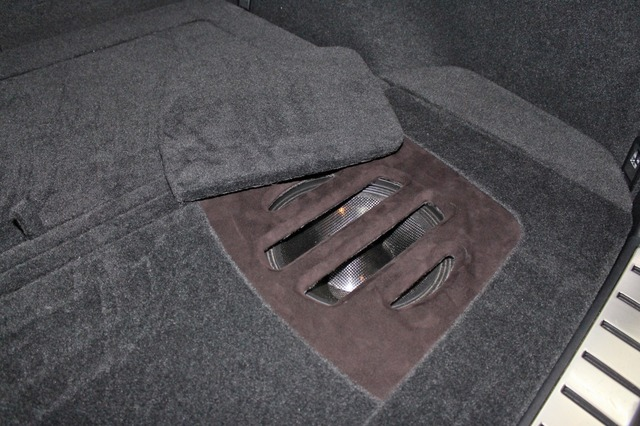 サブウーファーの保護カバーは2種類を用意。完全にカバーするパネルに加えてサウンド重視では音抜けを考慮したカバーを用いる。