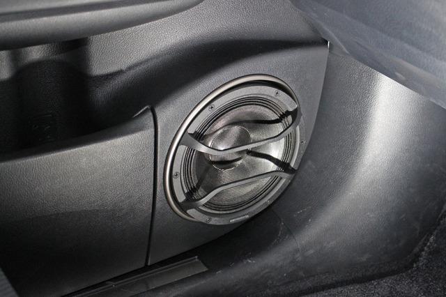 ミッドバスは純正グリルをくりぬいて振動板を露出させるアウター化を施す。デザイン的にもスマート。