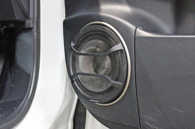 内張り、シルバーのリングパーツなどは純正をそのまま利用しているため、ドア周辺とのデザイン的な統一感も高レベル。