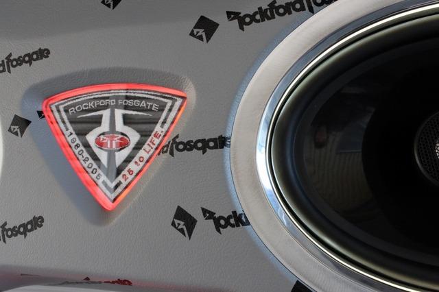 トランクリッドにはロックフォードのワッペンをビルトイン。スピーカーグリルのアルミはヘアラインとバフの使い分けが見て取れる。
