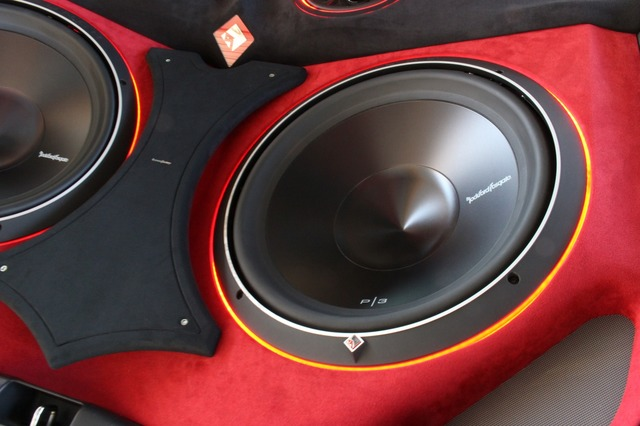 サブウーファーにはロックフォードのP3D4-R15をチョイス。15インチの大口径に加えて2発組むことで低音を増強した。