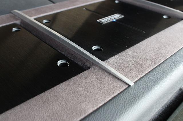 アルミ素材を使って各アンプの中間にデザイン処理を施す。滑らかなアールを付けて削り出されたアルミの輝きがアンプを引き立てる。
