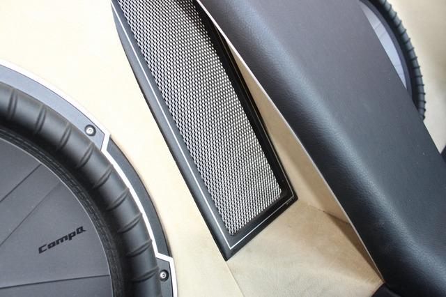 センターピラーに隠れるように設置されているのがバスレフポート。角形デザインにメッシュのプロテクションが施される。