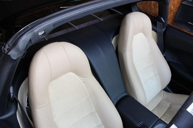 フロントシートを引き起こすとほとんどサブウーファーのスペースは隠れてしまう構造。シートリクライニングも十分利用可能だ。
