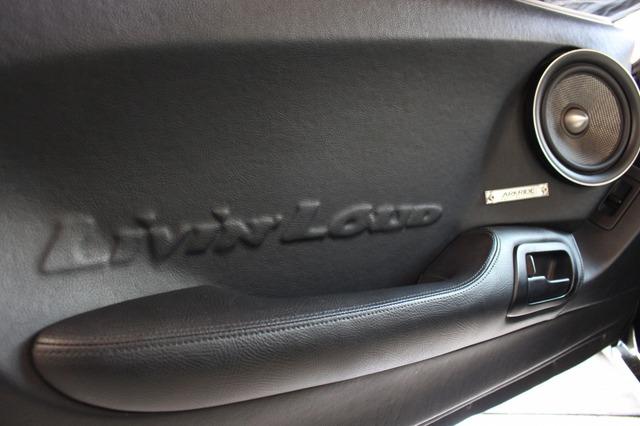 キッカーのコンセプトである「Livin' Loud」をエンボス加工したドア後方。レザー一枚張りのハイレベルなテクニックも見物。