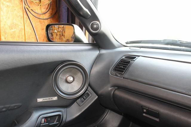 ドア中程のミッドバスとAピラーのトゥイーターはかなり近い位置にインストールされている。音源の集中で高音質にも貢献する。