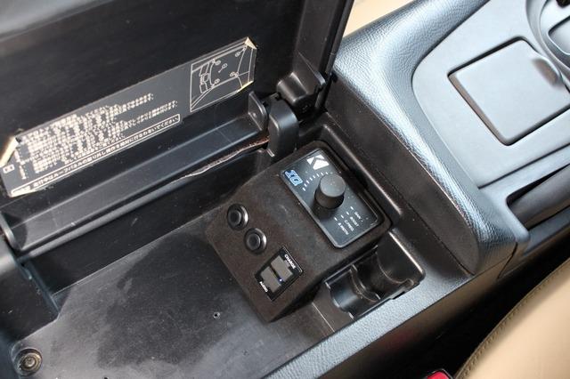 センターコンソール内に設置したベースコントロール。操作性も考えてドライバーの手元部分に設置しているのも特徴。