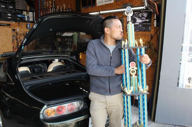 オーディオコンペでの優勝経験も持つオーナーの石井さん+スープラ。狙い取りのクルマ作りで満足度は非常に高いという。