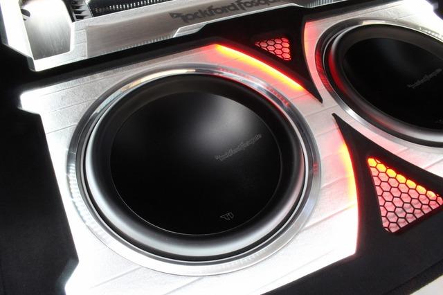 サブウーファーはロックフォードのT1D412を2発インストール。メタル素材のグリルがきらりと輝く仕様とした。