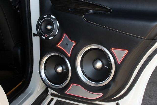 リアドアには外向きスピーカーをインストール。20cmミッドバスをデュアルでインストールするパワフルな仕様としている。
