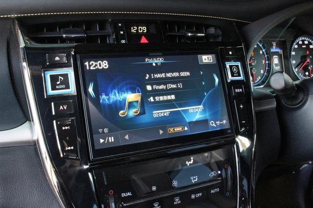 ヘッドユニットにはアルパインのビッグXをチョイス。車種専用モデル&大画面の同モデルでコクピットのイメージを一変させる。