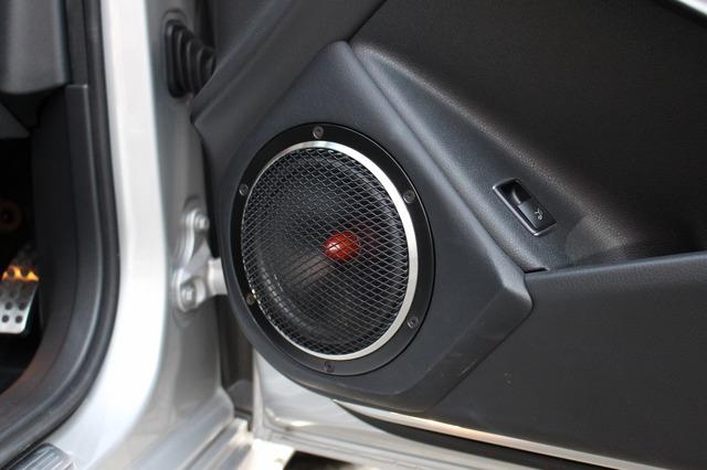 ドアにはZRスピーカーラボのミッドバス18DD-Limitedをインストール。メッシュグリルを備えたスタイリングも精悍だ。