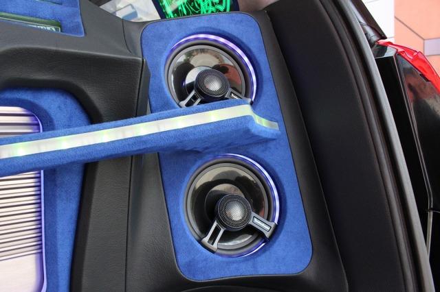 外向きスピーカーにはロックフォードのT152を4発インストール。中高域までを美しく鳴らし切る狙い通りのサウンドを引き出した。