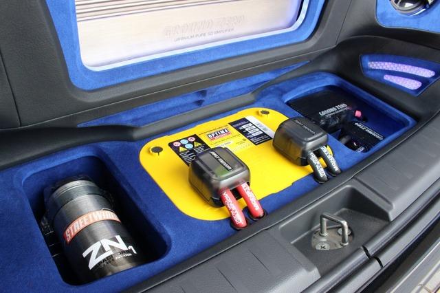 フロアサイドにはサブバッテリーやキャパシターをビルトイン。コンパクトな軽カーのラゲッジをフル活用している様子がわかる。