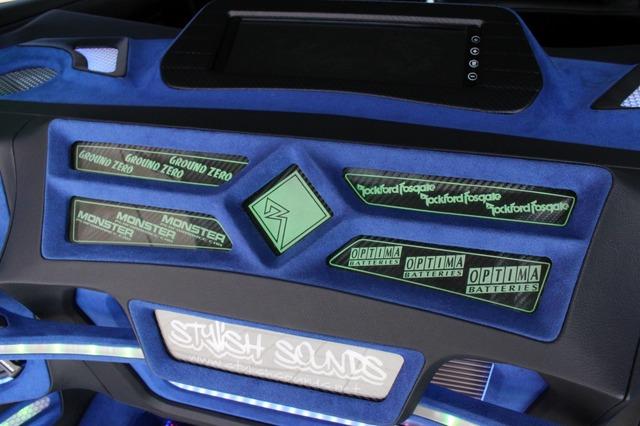 カーボンシートを使ったパネルの上に五分割したディスプレイボードを設置。アンプ上部を彩る注目度満点のカスタムパネルだ。