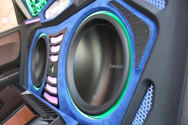 サブウーファーはパワフルな鳴りっぷりに惚れ込んでロックフォードのT1D212を2発チョイス。厚みのある低音を響かせる。