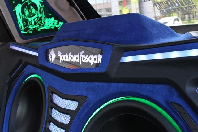 キャビン後部のオーディオボードにはイルミ処理やカーボンシートを使ったドレスアップなど、手の込んだ加工が施される。