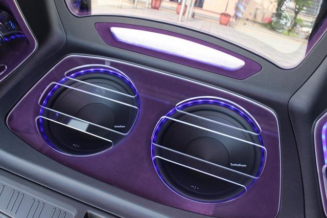 ラゲッジフロアにはロックフォードのP1サブウーファー×2発をインストール。上向き設置することで車内でも充実の低音を響かせる。