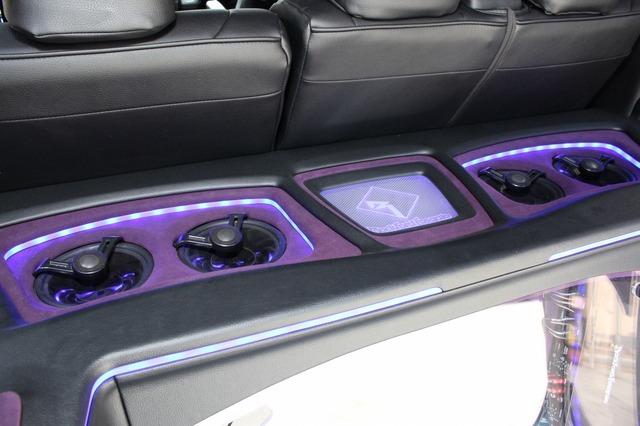 ラゲッジボードのトップパネル部にはロックフォードのコアキシャルスピーカー×4発をインストール。外向きサウンドもしっかり充実。