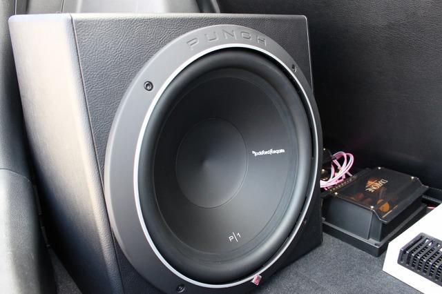 試聴したクルマの低音の心地良さからすぐさま追加設置したサブウーファー。ロックフォードのP1S-12をチョイスした。