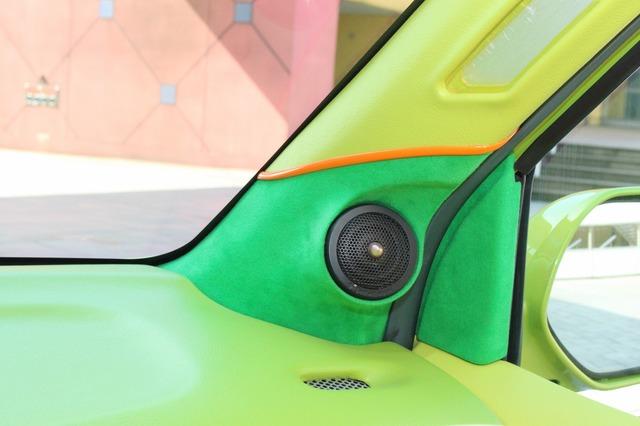 トゥイーターまわりにのみ人工スエードを用いたAピラー。ユニットを際立たせる工夫満載のインストールだ。