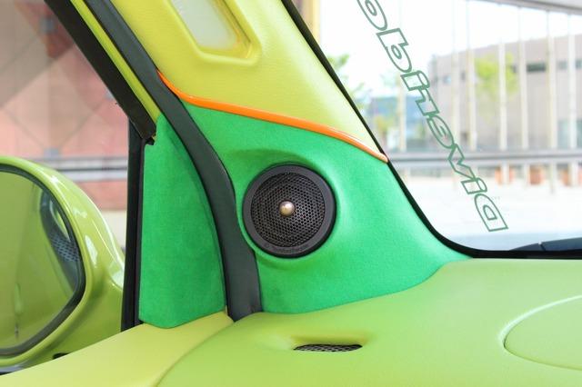ダッシュとAピラー上部にグリーンレザーを用いてトゥイーター取り付け部をサンドイッチする構造も独特の効果を発揮する。