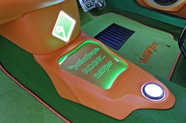 コクピットのフロア中央部に設置した新しいカスタム。アクリルやイルミを配置したパネルはデザインも存在感も秀逸。