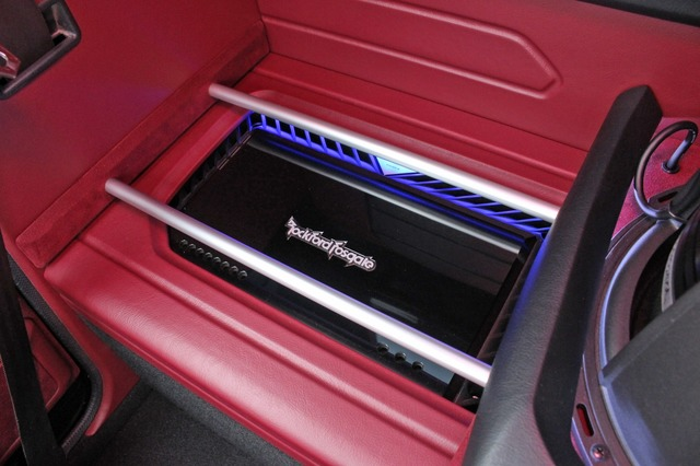 サブウーファーの両サイドにはロックフォード・パワーシリーズのパワーアンプをインストール。左右対称のデザインが美しい。