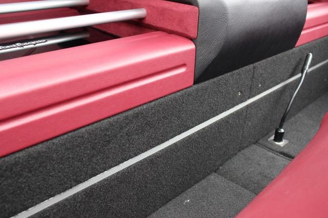 アンプラックの側面を見るとココにもアルミ素材を使ったデコレーションが施されている。カスタムテーマによる統一感はばっちり。