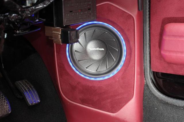 スピーカーにはロックフォードのJ3をチョイス。スピーカー周囲をLEDイルミでライトアップする演出も込めた。
