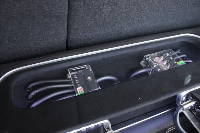 ラゲッジ前方にはヒューズボックスやターミナルをディスプレイ。オーディオカーならではのメカニカルなムードを強めている。