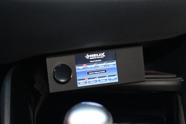 ヘリックスの操作部はコクピットの操作しやすい位置に取り付けられる。ソース切り替えやメモリー切り替えも画面操作で可能。