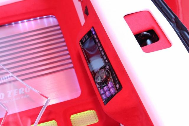 トランク後部に内側に向けて設置されたマルチメディアマネージャーの操作部。隅々までスキの無いカスタムが施される。