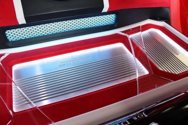 グラウンドゼロのパワーアンプを座面側にフラットにインストール。周囲をパネルでデザイン処理しインテリアとのマッチを図る。