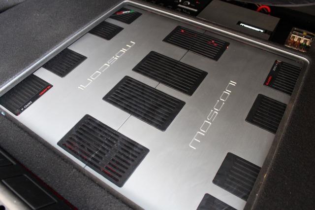 モスコニのグラデンZERO4を2台組み合わせてインストールするのもこのトランクの見どころ。デザインの統一感も高い。