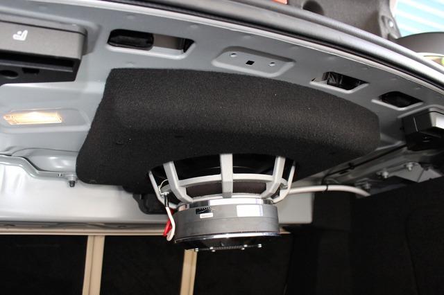 サブウーファーはトランクルームの天井側に吊り下げ固定されている。トランク全体をエンクロージャーに見立てるフリーエア設計だ。