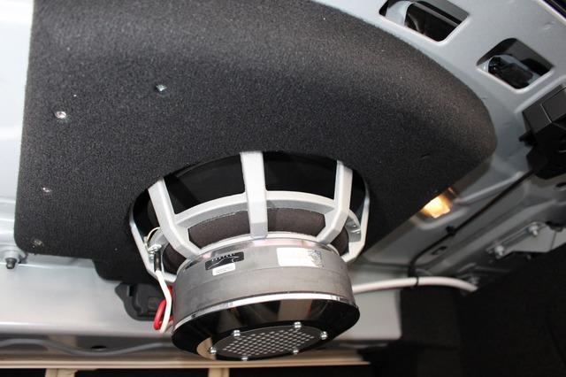 分厚いバッフルを使ってサブウーファーが強固に固定されているのがわかる。鉄板に貫通するボルトでボディと一体化する。