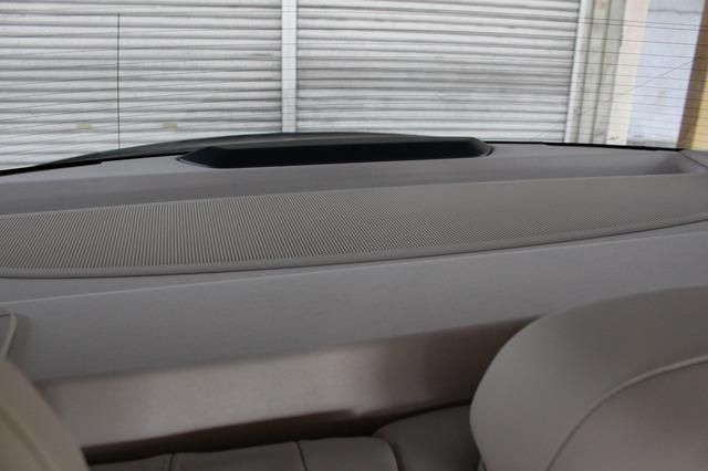 リアトレーの純正グリルはそのまま利用して、トランクルームにあるサブウーファーからの低音を車室内に導入する役目を担う。
