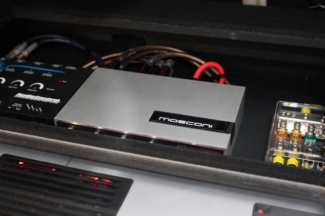 モスコニのプロセッサーを使ってフロント3ウェイ+サブウーファーをコントロールしている。