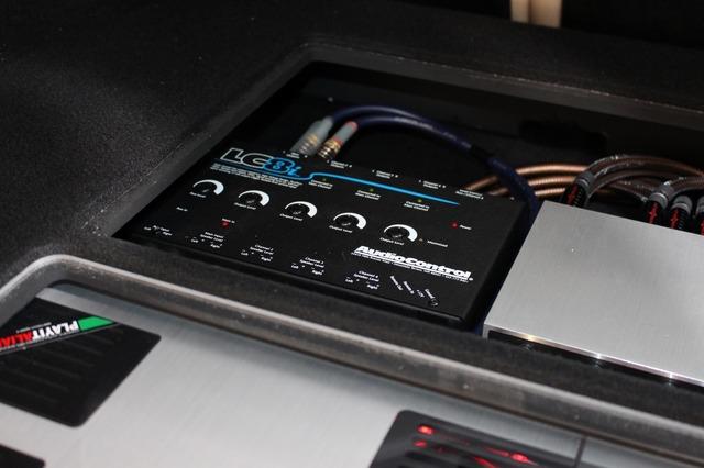 純正システムからのスピーカー出力をミックスするために取り入れたオーディオコントロールのLC8i。