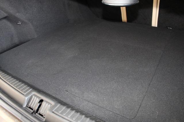 トランクルームにはこの通り保護ボードを被せることができる。全面を荷室として使えることから積載性も高い。