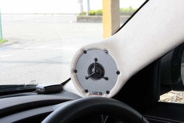 ディナウディオの特徴とも言える大口径のトゥイーターはAピラーにスマートに取り付けされている。周辺処理もスマートだ。